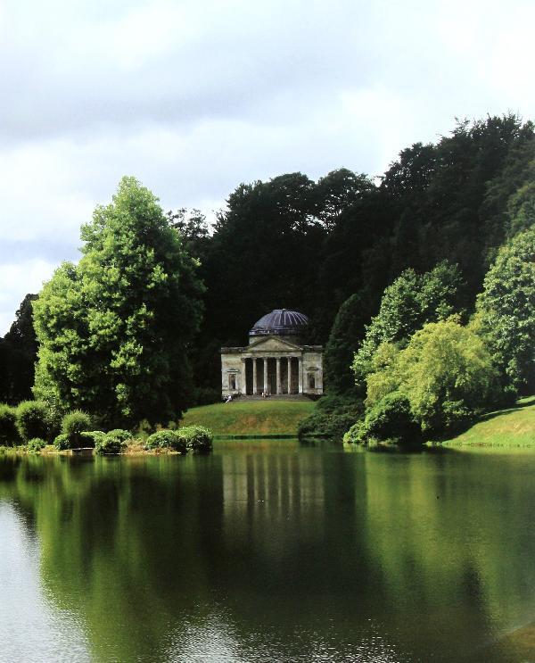 《英国古典风景园1》内容简介:英国是一个喜欢怀旧的国家,许多花园都仿佛跨越了时空而存在。从某种角度讲,这些保持着原有风貌的花园是历史的遗产,它们像一块块精致美味的蛋糕的不同层次,保留了各个时代的特征,这些美好的花园时刻让人充满了幻想。2010年我赴英国伦敦艺术大学研修,这对我来说,确实是一次深入了解英国园林的良好机遇。当我徜徉在斯特海德风景园中,漫步在汉普顿宫苑宽阔的林荫道上,在绚丽的花坛、多姿多彩的喷泉及雕像间游览,除了美不胜收的园林景色外,西方园林史的课程内容也在我的脑海中一幕幕地呈现出来。